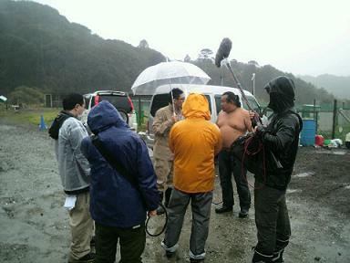 本日は雨の中ロケでございます。イメージ1
