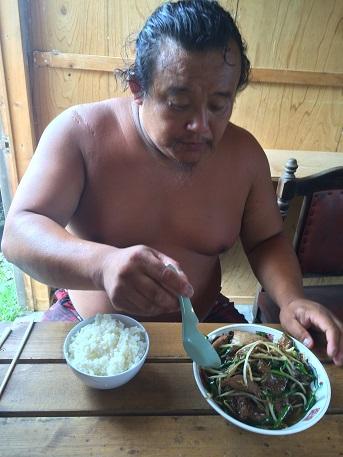 今日のスタッフの昼食は!大将作:ダチョウのレバニラ炒め♪イメージ2